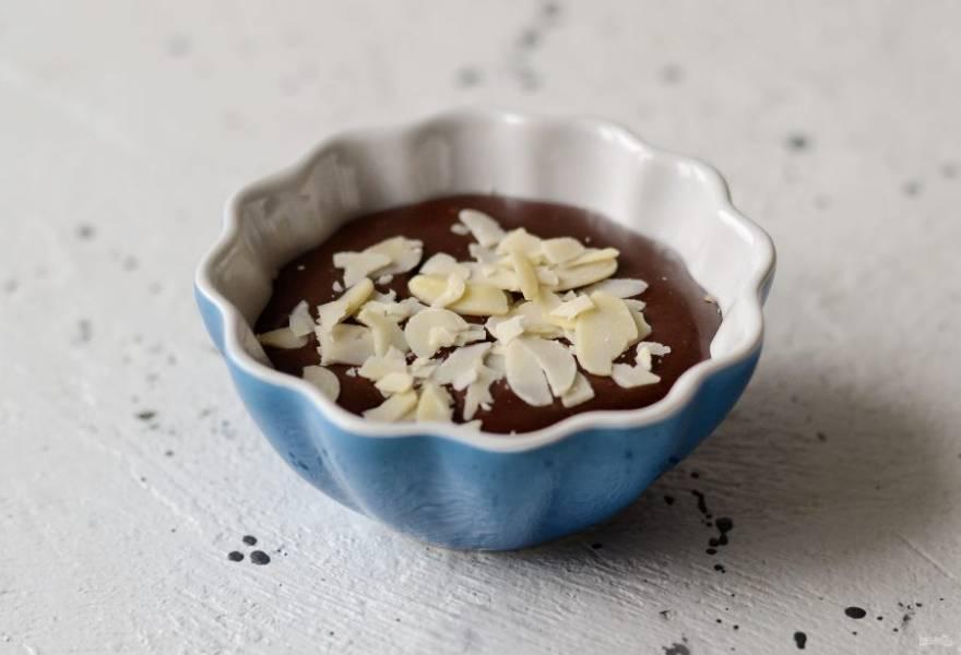 Сверху посыпьте миндальными лепестками. Уберите десерт в холодильник на 1-1,5 часа.