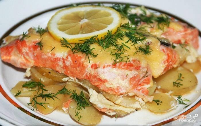 7. Затем подаем к столу в горячем виде. Можно украсить зеленью и лимоном, который придаст дополнительного вкуса лососю.