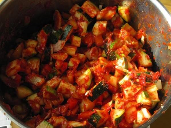 Наливаем в кастрюлю растительное масло, добавляем соль, сахар и воду. Перемешиваем, ставим на плиту и тушим на среднем огне 25-30 минут. За 5 минут до окончания времени готовки добавим уксусную эссенцию.