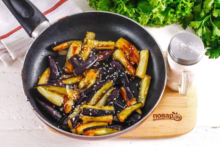 Влейте устричный соус и потушите нарезку еще 1-2 минуты, затем выключите нагрев. Присыпьте блюдо кунжутными семенами.