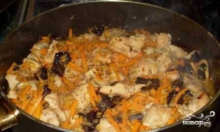 Отправляем овощи на сковороду к кролику, который уже протушился. Перемешиваем.
