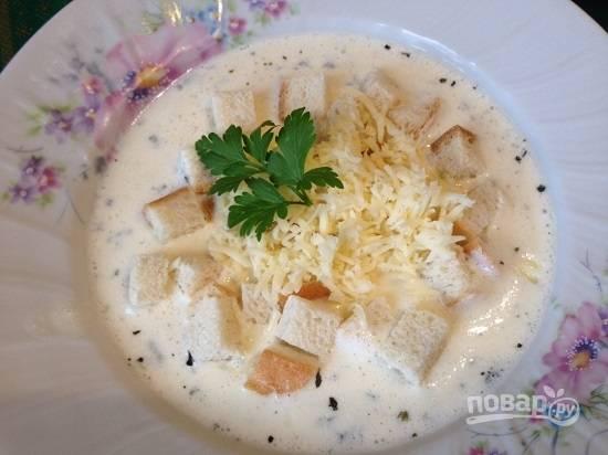 Разливаем суп по тарелкам, выкладываем сухарики и посыпаем их оставшимся сыром. Приятного аппетита!