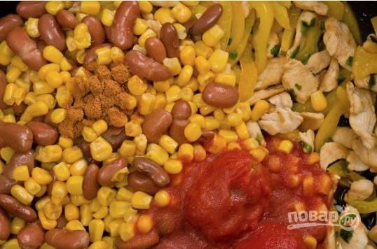Далее добавьте консервы, помидоры и приправы. Все перемешайте и готовьте еще 3 минуты.