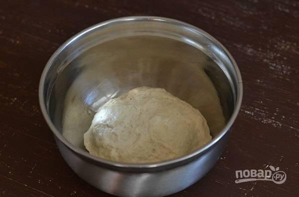 4. Тщательно перемешайте, выложите тесто на стол и вымешивайте не менее 5 минут руками. После отправьте в мисочку, скатав в шар.