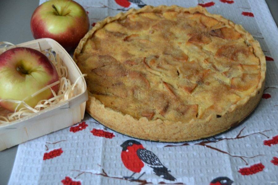 Аккуратно извлеките пирог из формы и можно подавать к столу.