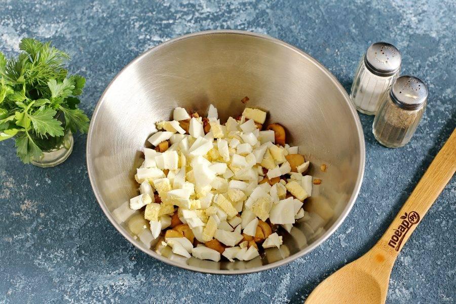 Добавьте нарезанные кубиками яйца.