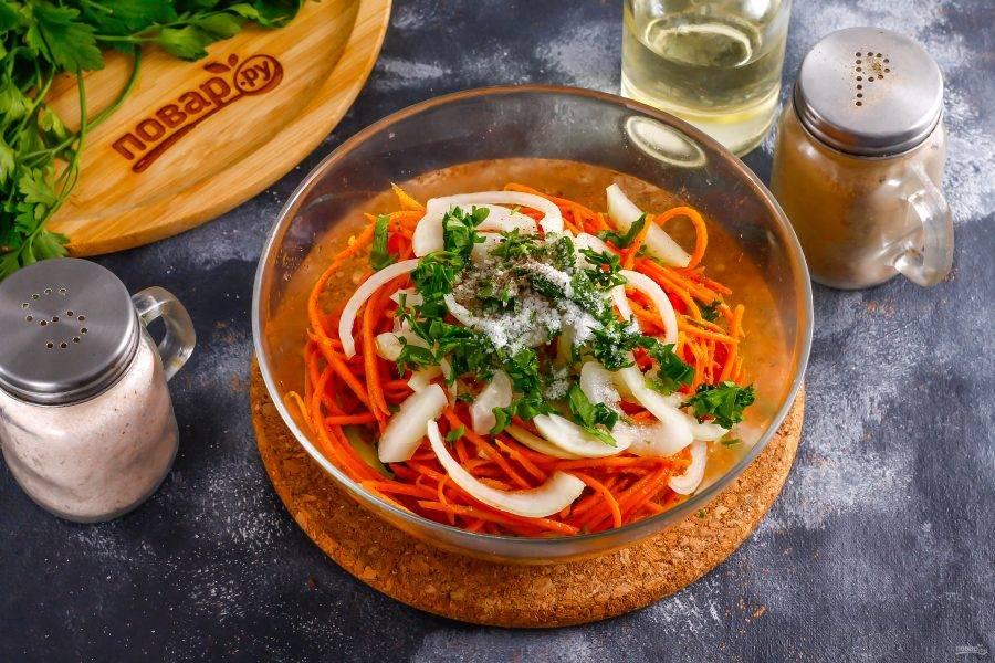 Промойте и измельчите петрушку, всыпьте в емкость вместе с солью. Влейте растительное масло и перемешайте салат.