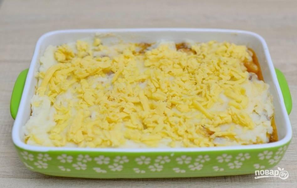 8. Посыпьте тертым сыром и запекайте пирог при 220 градусах до золотой корочки. Приятного аппетита!