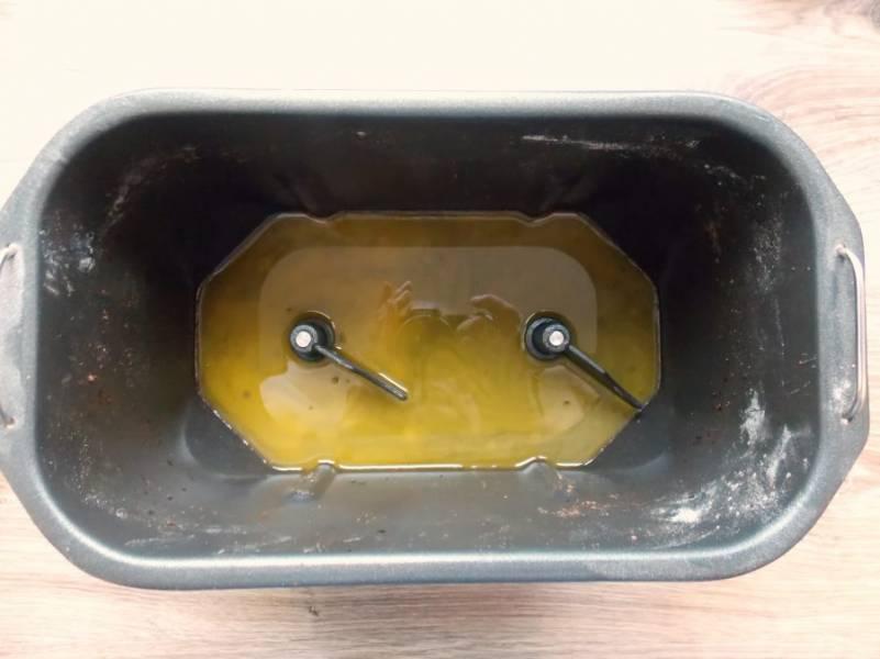 Маргарин растопите, остудите и вылейте в чашу хлебопечки.