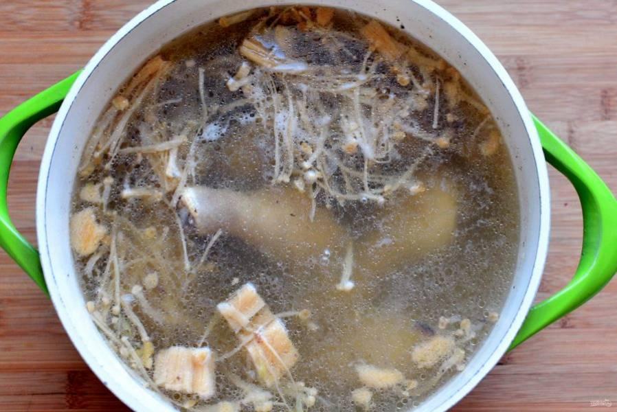 Посолите бульон и опустите в него пучок грибов эноки. Можно заменить их очень тонко нарезанными шампиньонами. Задача этих грибов – придать густоту супу перед добавкой благородных белых. Варите грибы 5-7 минут.