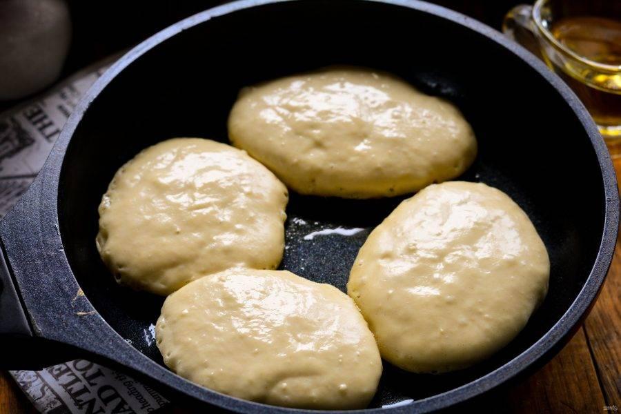 Разогрейте масло на сковороде, включив огонь чуть меньше среднего. Ложкой выкладывайте оладьи. Жарьте до появления румяной корочки.