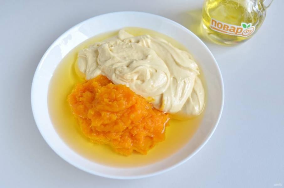 6. К тыквенному пюре добавьте масло растительное, треть теста, перемешайте хорошо.