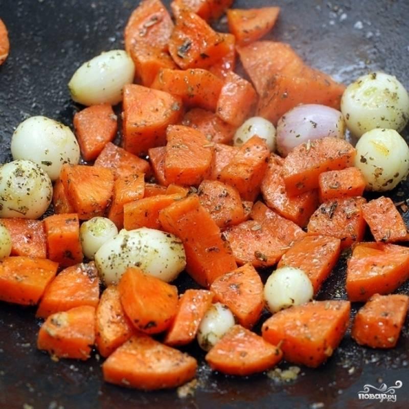 Когда овощи подрумянятся, щедро посыпаем их специями.