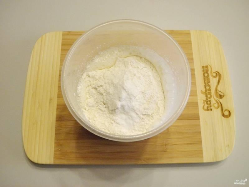 Смешайте пшеничную муку с содой. Просейте и введите в тесто. Миксером соедините массу до однородного состояния, чтобы не было мучных комочков.