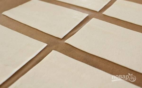 2. Тесто раскатайте чуть-чуть и нарежьте прямоугольниками.