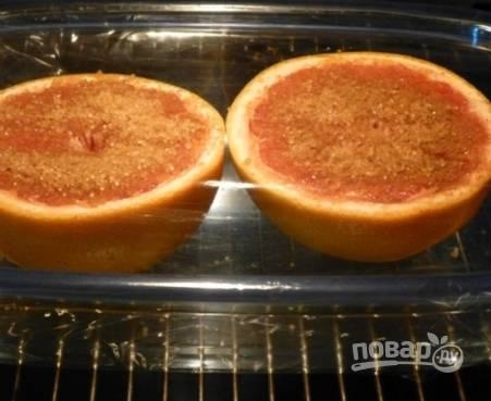 Смешиваем сахар и корицу, посыпаем этой смесью половинки грейпфрута. Отправляем в  форме в разогретую до 250 градусов духовку на 7-10 минут.