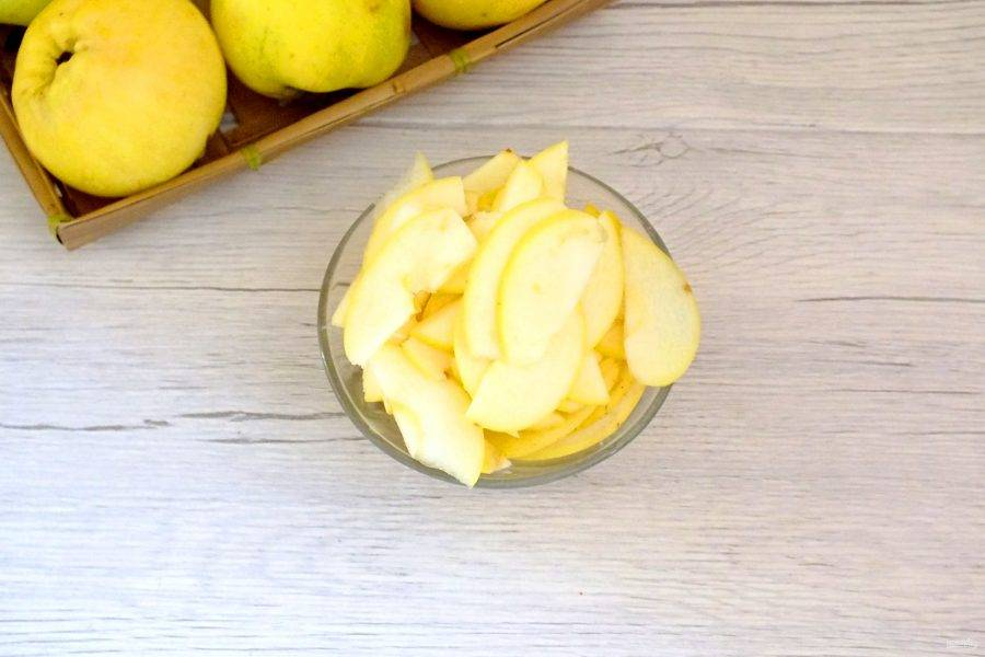 Яблоки вымойте. Удалите семенную коробочку. Нарежьте на тонкие дольки.