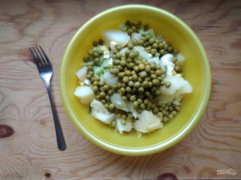 6. Все ингредиенты перемешайте в салатнице, добавив горох.