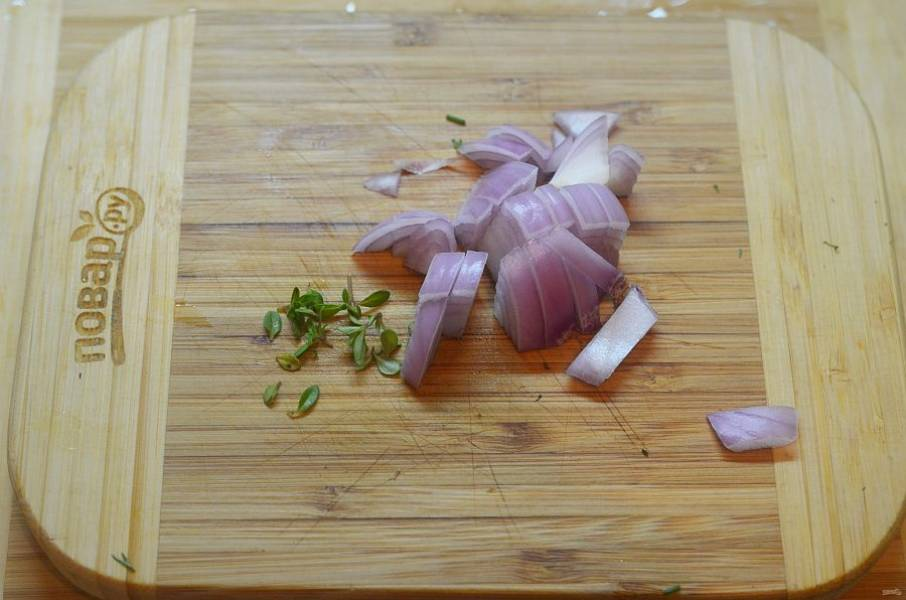 4. Лук нарежьте, с веточки тимьяна сорвите листики.