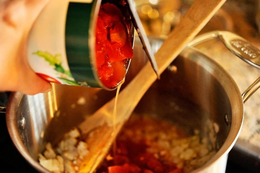 Приготовим томатное пюре. Томаты очищаем от шкурки (ошпарив кипятком) и измельчаем в блендере. Полученную массу добавляем в кастрюлю.