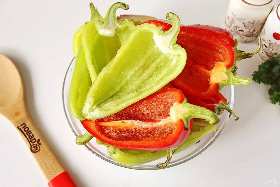 Перец разрежьте пополам, оставляя хвостик, удалите семена и перегородки. Промойте и обсушите.