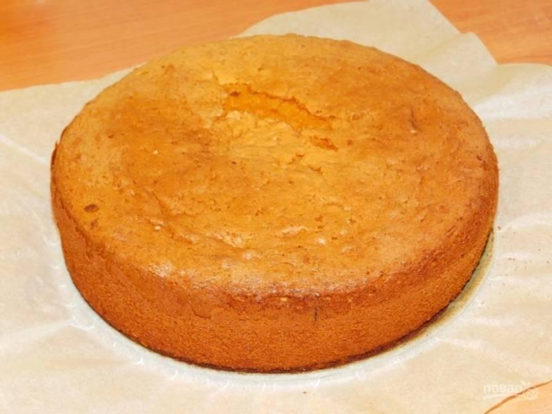 Приготовленное тесто выложите в форму для запекания и поставьте в духовку, разогретую до 180 градусов на 40-50 минут. Готовый бисквит остудите и разрежьте на 3 коржа.