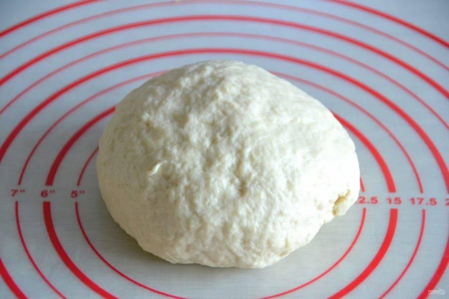 Вымешивайте тесто до гладкости и эластичности.