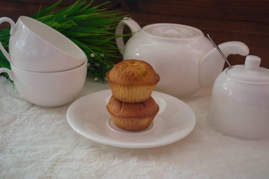 Выпекайте в горячей духовке при 160 градусах. Повышение температуры на 10 градусов испортит внешний вид кекса. Внутри тесто будет сырым, а внешне кекс получит крепкую корочку. Тесто прорвется и вылезет наружу.