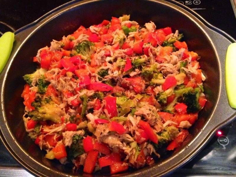 Разогреть духовку до 180 градусов. Форму для фриттаты немного смазать маслом (форма должна быть теплой), выложить курицу с овощами (или выложить в чашу мультиварки, где обжаривали овощи).