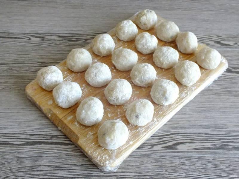 Доску оберните пищевой пленкой. Подготовленные фрикадельки выложите на доску. Уберите в морозилку. Через 30 минут фрикадельки можно готовить в соусе. Также их можно заморозить впрок.