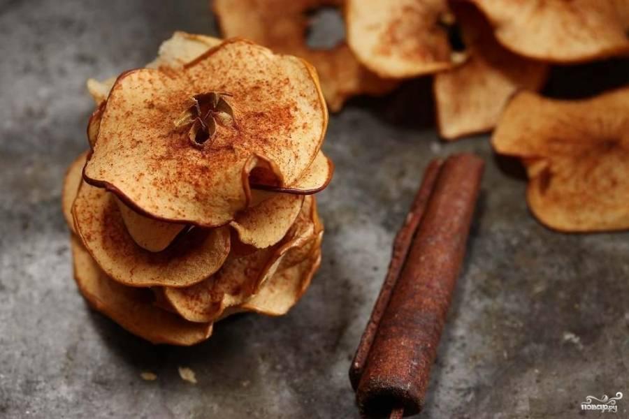 Сухой смесью посыпьте яблочные пластинки. Запекайте их около 2,5 часов. Приятной дегустации!
