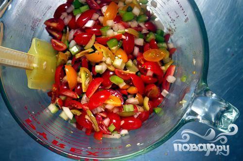 1. Помидоры черри разрезать на 4 части. Мелко нарезать стебли сельдерея. Измельчить лук. Мелко нарезать оливки, чтобы получилось примерно 2 столовые ложки. Крупно нарезать орегано. Пропустить чеснок через пресс. Смешать помидоры, сельдерей, репчатый лук, оливки, нарезанный орегано, каперсы, чеснок и красный перец в средней миске. Взбить в отдельной миске красный винный уксус и 1 столовую ложку оливкового масла, залить томатную смесь и перемешать. Добавить соль и перец по вкусу. Сальса может быть подготовлена за 2 часа вперед. Дать ей постоять при комнатной температуре.