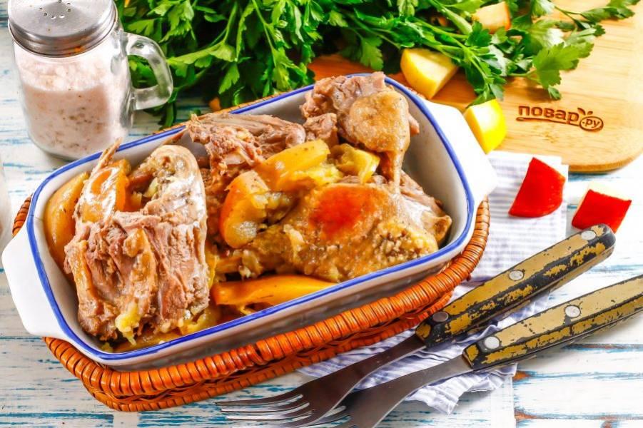 Выложите части утки вместе с яблоками на блюдо и подайте к столу горячими. Очень вкусна утка со сметаной! Приятного аппетита!