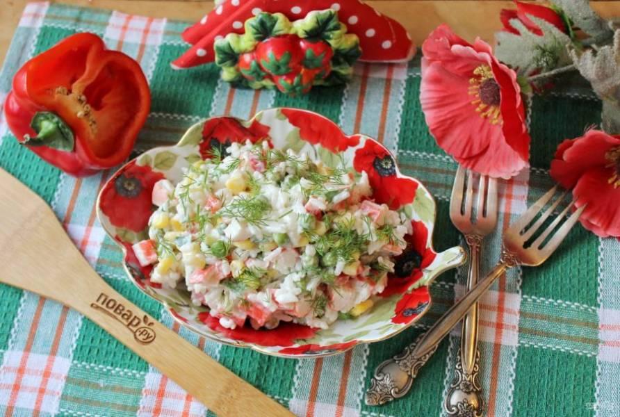 Салат с гавайской смесью готов. Подавайте на закуску.