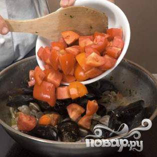 Нарезать помидоры кубиками и добавить к морепродуктам. Посолить и поперчить. Убрать в духовку на 30 минут. Суп подавать с тостами смазанными оливковым маслом и тертым чесноком.