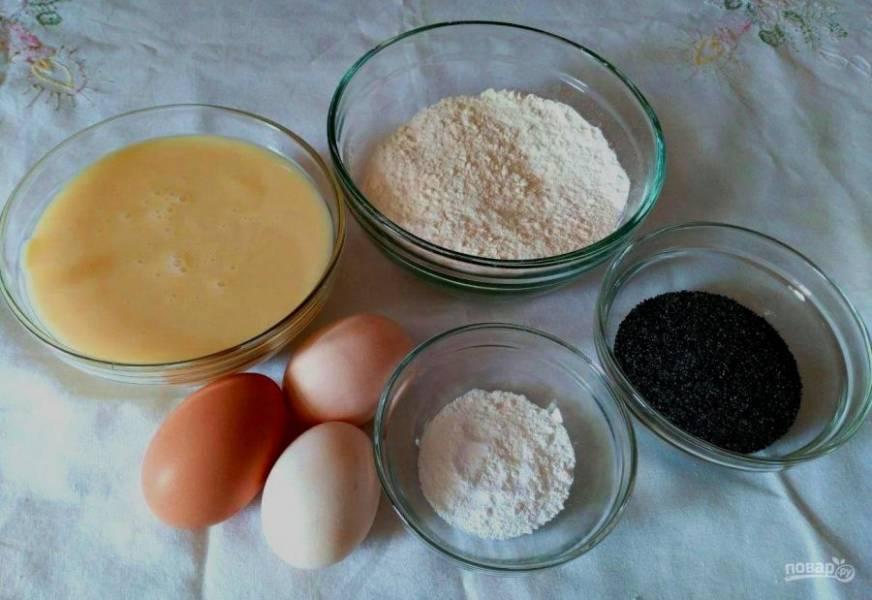 Подготовьте небольшой набор ингредиентов для приготовления маффинов на сгущённых сливках. Мак при желании можно заменить натёртым шоколадом, кокосовой стружкой или измельчёнными орехами.