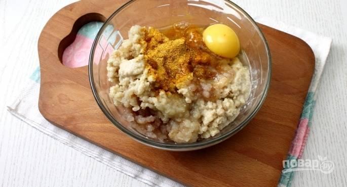 В полученный фарш вбейте сырое куриное яйцо, посолите и поперчите по вкусу. Добавьте любую приправу для рыбы. Тщательно перемешайте фарш.