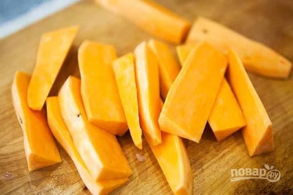 1. Духовку разогрейте до 230 градусов. Картофель очистите и нарежьте ломтиками или кружочками.