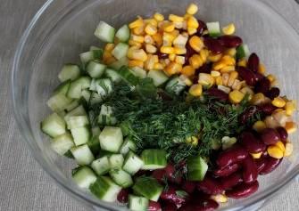 Соединяем все ингредиенты в салатнице.
