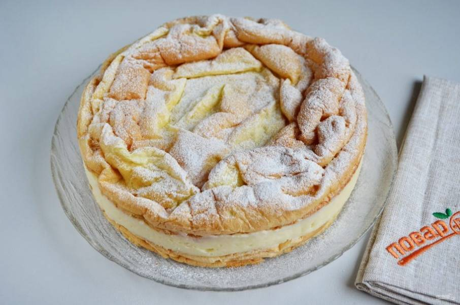Утром снимите кольцо, притрусите сахарной пудрой торт. Готово!