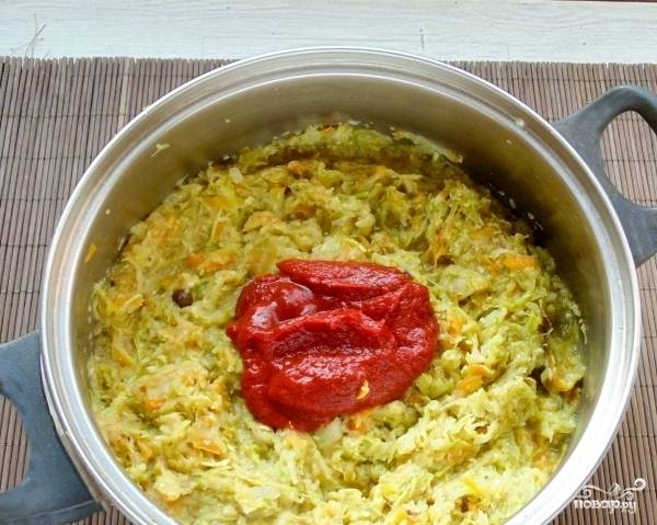 Потом готовьте под крышкой на небольшом огне 15 минут. Добавьте томатную пасту. перемешайте и продолжайте готовить ещё 15 минут.