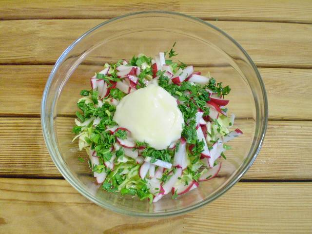 7. Добавить в салат сметану.