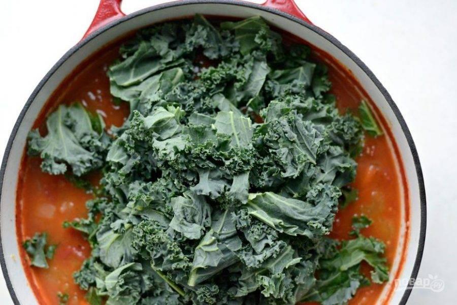 После этого капусту нарвите маленькими кусочками. Добавьте их в суп.