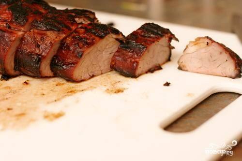 4. Дать свинине полежать около 5 минут перед нарезкой и подачей на стол.