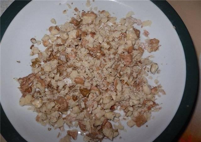 4. Орешки можно взять любые, которые окажутся под рукой. Их нужно немного подсушить на сковороде, а затем измельчить (но не в пудру).