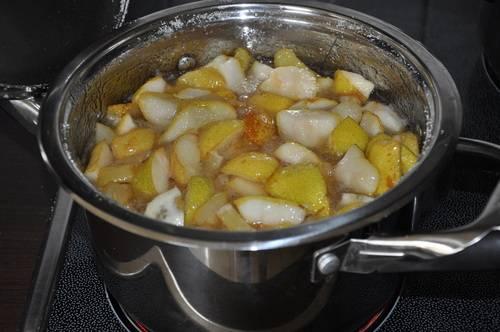 Томим грушу на медленном огне 5-6 минут, затем увеличиваем огонь до максимума и доводим жидкость до кипения (груши должны пустить сок). После этого опять делаем самый маленький огонь и продолжаем варить груши с лимоном в течение 15-20 минут, периодически помешивая их.