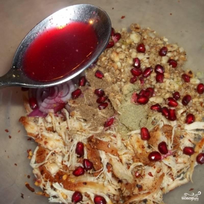 Орехи и чеснок при помощи пестика измельчаем в крошку, добавляем в салат. Туда же добавляем зерна граната, ложку гранатового сока и мелко нарезанный красный лук. Заправлять не нужно. Салат готов!