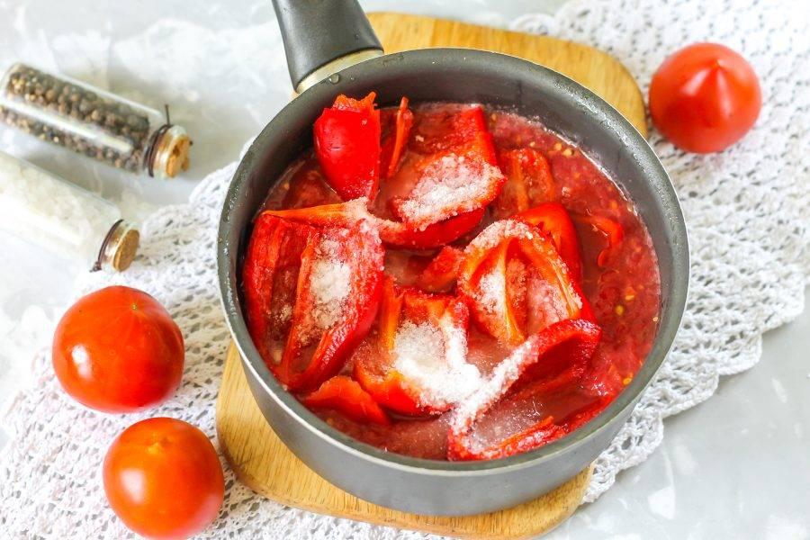 Всыпьте соль, сахарный песок и молотый черный перец. Поместите емкость на плиту и потушите после закипания на среднем нагреве около 30-40 минут до необходимой вам густоты.