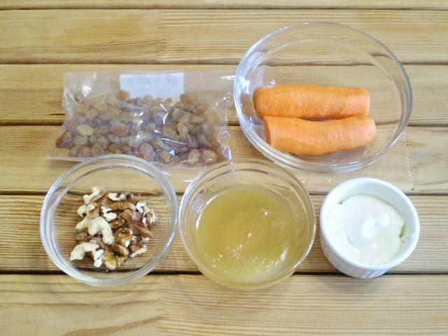 1. Морковь очистить и вымыть. Орехи очистить от скорлупы. Закипятите 50 мл воды для распаривания изюма.