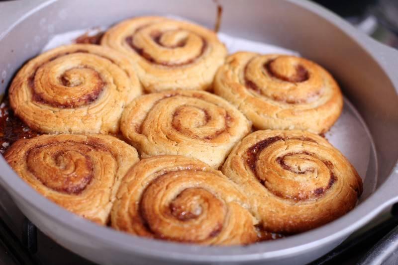 Вот такие красивые и румяные булочки с корицей из готового дрожжевого теста получаются.